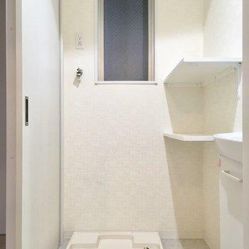 お隣は洗濯機置場。棚にはタオルを置きましょう。(※写真は2階の同間取り別部屋のものです)