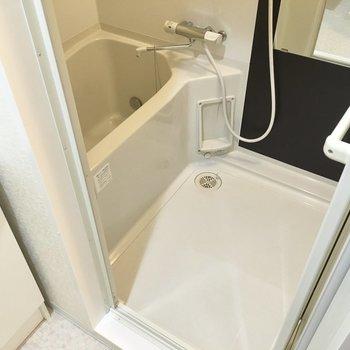 お風呂はしっかりサーモ水栓です。(※写真は2階の同間取り別部屋のものです)