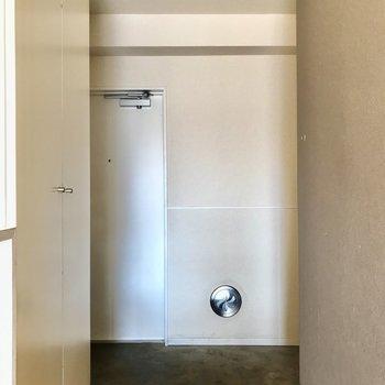 玄関横の扉は......