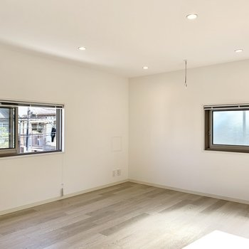 窓がたくさんあって清々しいですが、小さめサイズなので落ち着くんです。