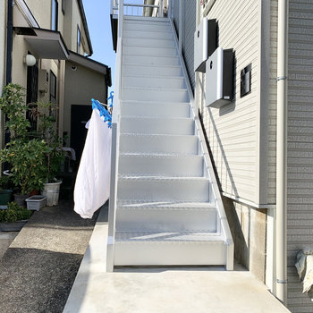 マットシルバーの共用階段が美しいです。