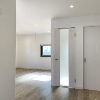 彩光ガラスの玄関ドアを開けてお部屋へと。