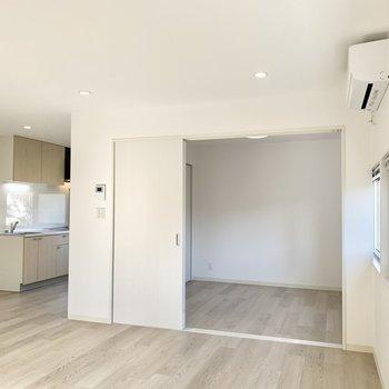 左前方のキッチンの距離感が絶妙。