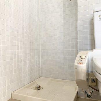 トイレの隣に洗濯機置場があります。※写真はクリーニング前のものです
