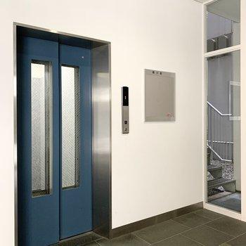 エレベータは右側をご利用ください。