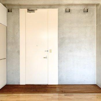 玄関はウッドデッキのよう。