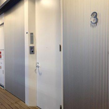玄関から続くウッドデッキのような共用廊下。