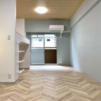 木目のデザインと壁の色の相性がどこまでも良い…