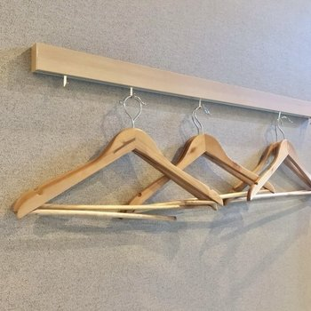 ハンガーを掛けられるフックもありました。(※写真は2階の同間取り別部屋のものです)