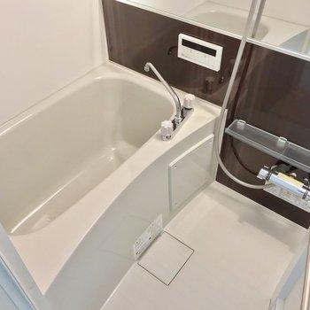 お風呂もゆったり。水栓が2つあるので使いやすそう!(※写真は2階の同間取り別部屋のものです)