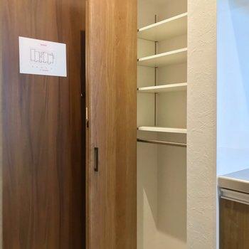 シューズボックスは可動棚。(※写真は2階の同間取り別部屋のものです)