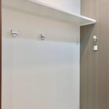 洗濯機置場の近くには棚とフックもありました!(※写真は2階の同間取り別部屋のものです)