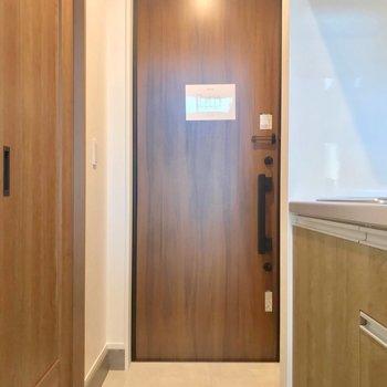 玄関はダブルロックで安心。ゆったりしています。(※写真は2階の同間取り別部屋のものです)