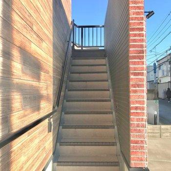階段をのぼって2階へ。大きな家具がある方はここも採寸するのがおすすめ。