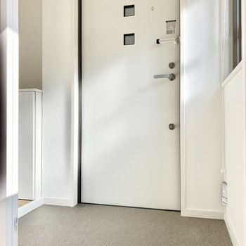 玄関と居室の間にドアがクローゼットはたっぷりお洋服をしまえますね◎設けられているのがうれしいですね。