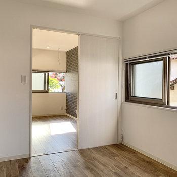 こちらのお部屋のシーリングライトには調光リモコンがついていますよ。