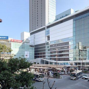 横浜駅周辺は大型商業施設が立ち並んでいます。
