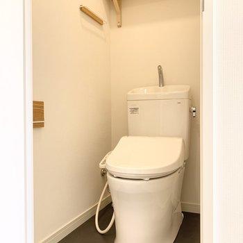 トイレの床はチャコールで汚れも気になりにくい仕様に。