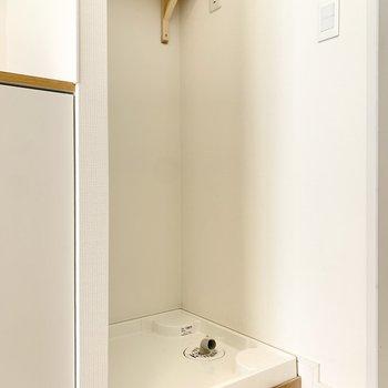 玄関入ってすぐに洗濯機置場です。音が洋室に聞こえにくくて良さそうです。