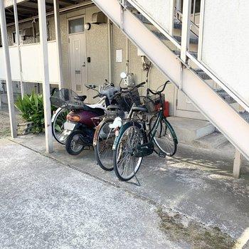 階段下に駐輪スペースがあります。