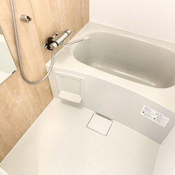 使い勝手の良さそうなシンプルなバスルーム。