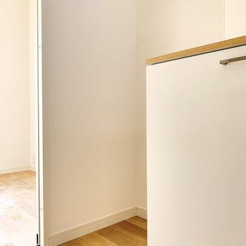 お隣には冷蔵庫を置くことができます。