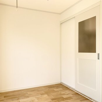 無垢床のスッキリ一人暮らしのお部屋です。
