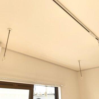 室内にもの物干し竿掛けがあり室内干しができます。