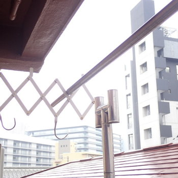 上には物干し竿をかけられます。※写真は3階同間取り・別部屋のものです。