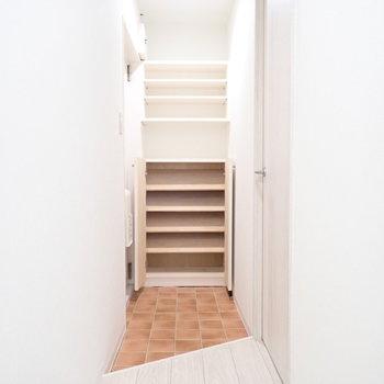 玄関はややゆとりがあります。シューズボックスも十分入りそう。※写真は3階同間取り・別部屋のものです。