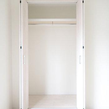 【洋室6帖】じゃんじゃんお洋服をかけましょう〜※写真は3階同間取り・別部屋のものです。