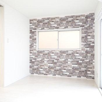 【洋室6帖】ブロック調の壁紙ですが、一瞬本物に見えました。※写真は3階同間取り・別部屋のものです。