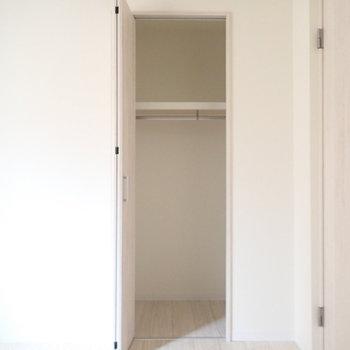 【洋室4.5帖】扉の幅より、中は広いです。ボックスを使ってうまく整理したいですね。※写真は3階同間取り・別部屋のものです。