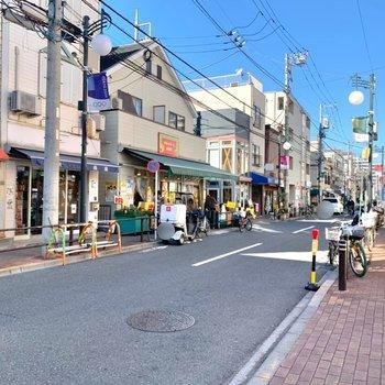 お部屋までの道は商店街。美味しそうな飲食店もありました。
