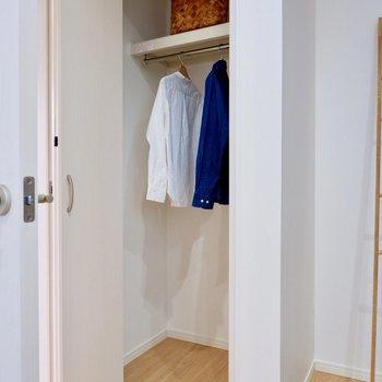 クローゼットは縦長で、丈の長いコートなどもしっかり収納できます。