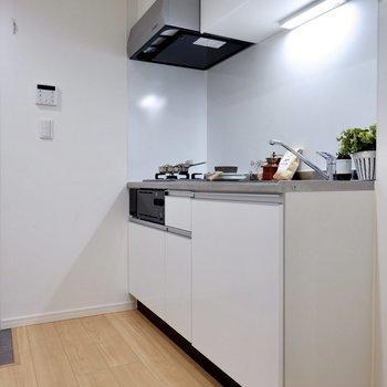 ホワイトの充実キッチン。