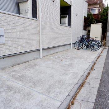 こちらに自転車を置いておけそうですね。