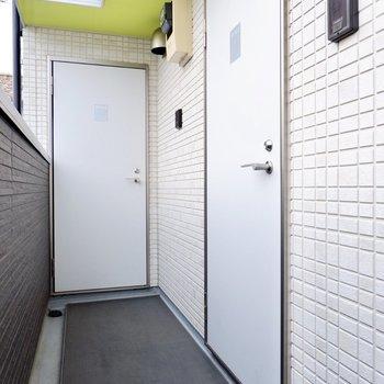 玄関前共用部。陽射しが入り開放的。