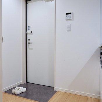 玄関はタタキ部分との段差もなくとってもシンプル。