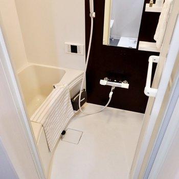 浴室はダーク色のの壁材がシックですね。