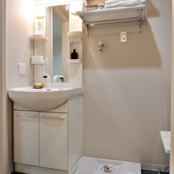 しっかりとした洗面台と洗濯機置き場上部のラックが使い勝手よさそう。
