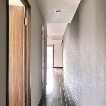 細長い廊下を抜けてリビングへ。
