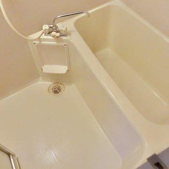 お風呂は1人ずつ入りたい広さ。