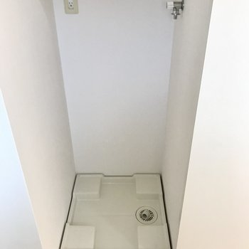 キッチンの横には洗濯機置き場。こちらも扉で隠せるんです…!