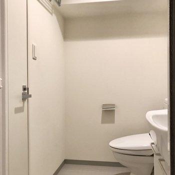 トイレ前はこのくらいのスペース。よく見ると上にタオルハンガーもありますね