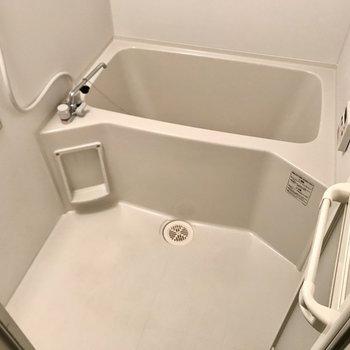 お風呂はシンプルな感じ。浴室乾燥機付きですよ!