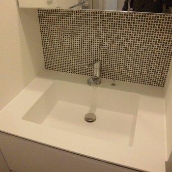 洗面台です※写真は2階の同間取り別部屋のものです