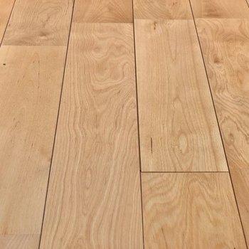 【イメージ】さらっとした肌触りの無垢床に変わります。