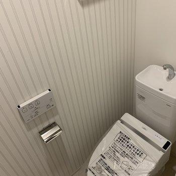 お手洗いはタオル掛けもございます。