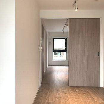 ドアを開ければひと続きのお部屋に。